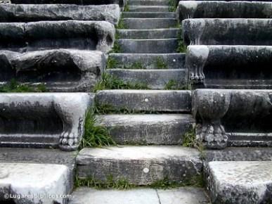 Detalles de patas de animales decorando las escaleras. Foto www.lugaresbíblicos.com