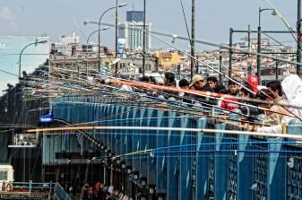 Pescadores en el puente Galata. Foto Emilio Garcia Herrera