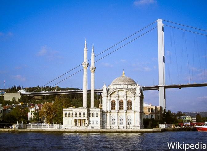 Mezquita de Ortakoy desde el Bósforo. Foto Wikipedia