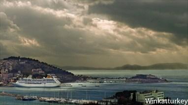 Crucero con la bahía de Kusadasi y la isla de Samos al fondo