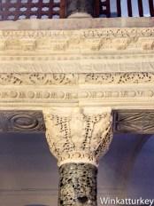 Inscripción en griego sobre los capiteles