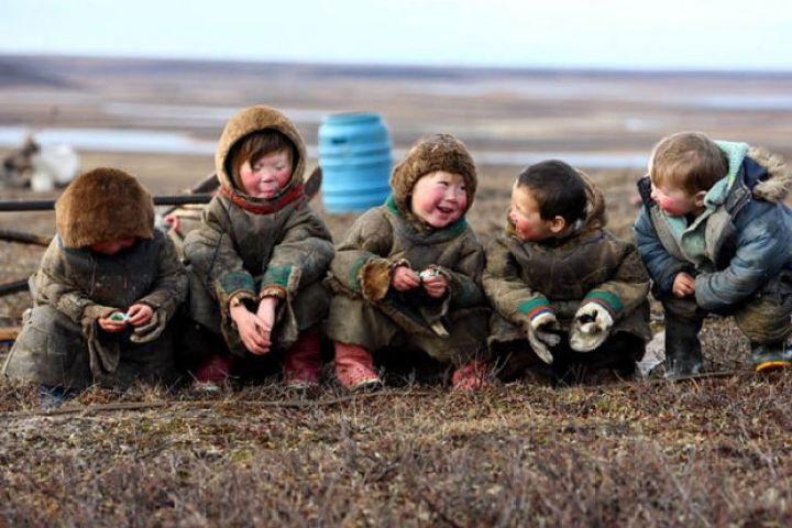 29 Powerful Pictures - Children smiling and enjoying life behind the polar circle.