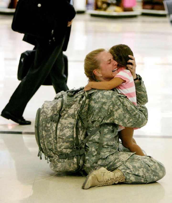 29 Powerful Pictures - After serving in Iraq for 7 months, Terri Gurrola is reunited with her daughter.