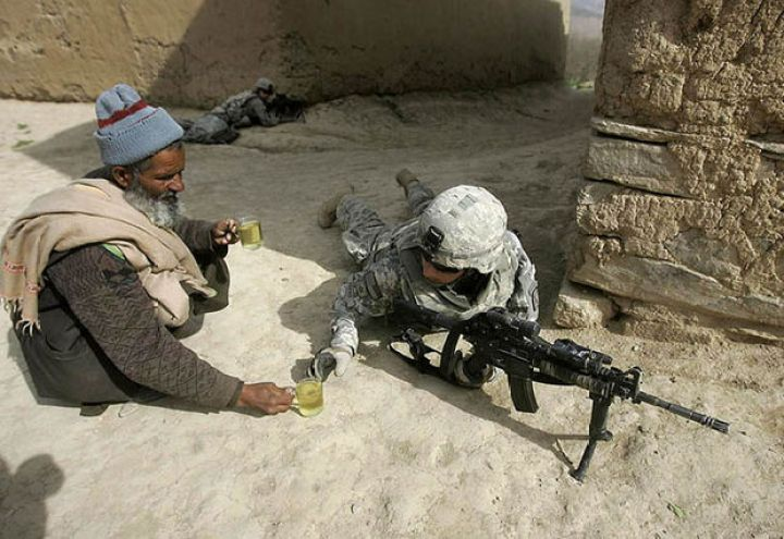 29 Powerful Pictures - An Afghan man offers tea to soldiers.