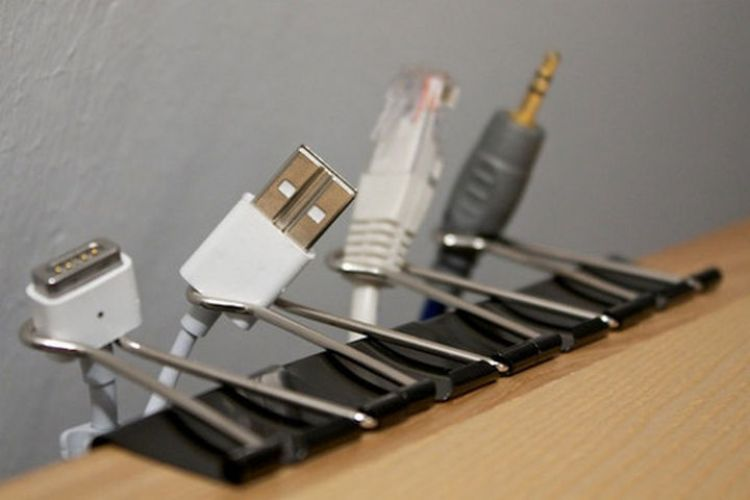 52 Cleaning and Life Hacks - Use binder clips to prevent cables from falling to the floor.