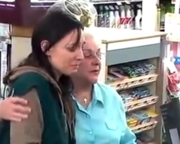 Woman Can't Pay Her Groceries but Good Samaritans Help Out.