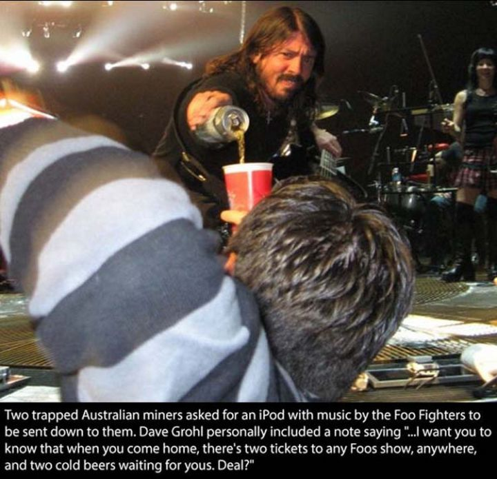 17 Celebrities Doing Random Acts of Kindness - Dave Grohl.