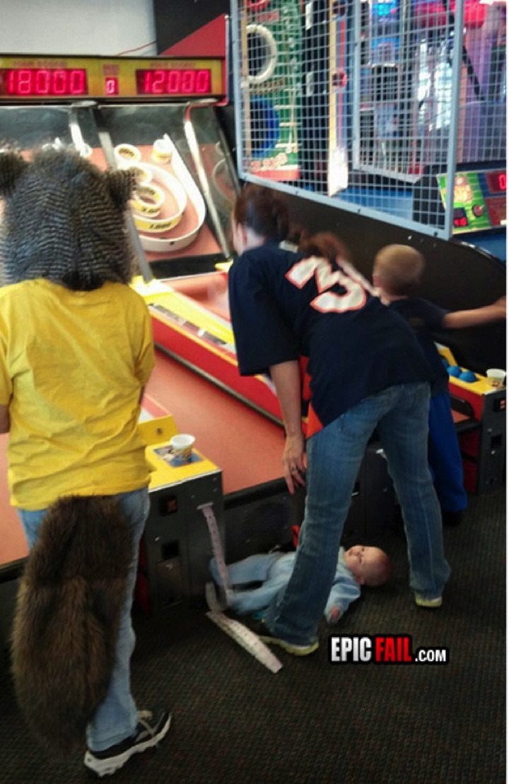 34 Parenting Fails - Uhh, you dropped something...