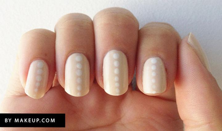 17 Minimalist Nails - A subtle line.