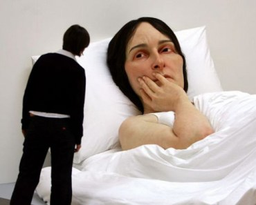 Artist Ron Mueck Creates Hyper Realistic Sculptures of People.