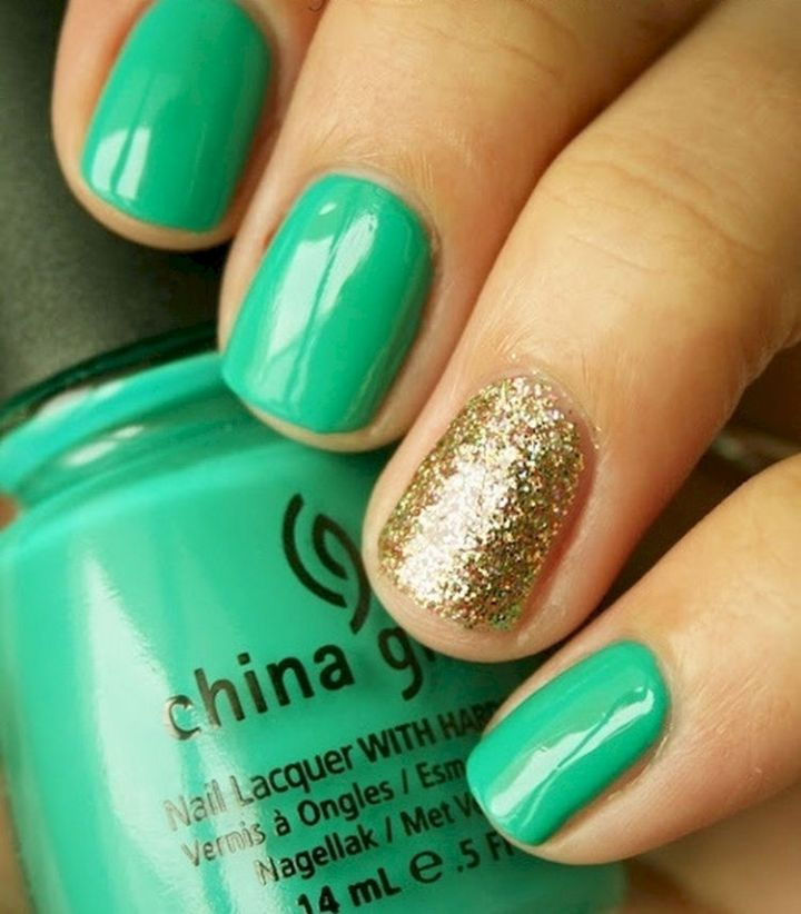 18 Green Manicures - Glittering gold accent nail never looked better.