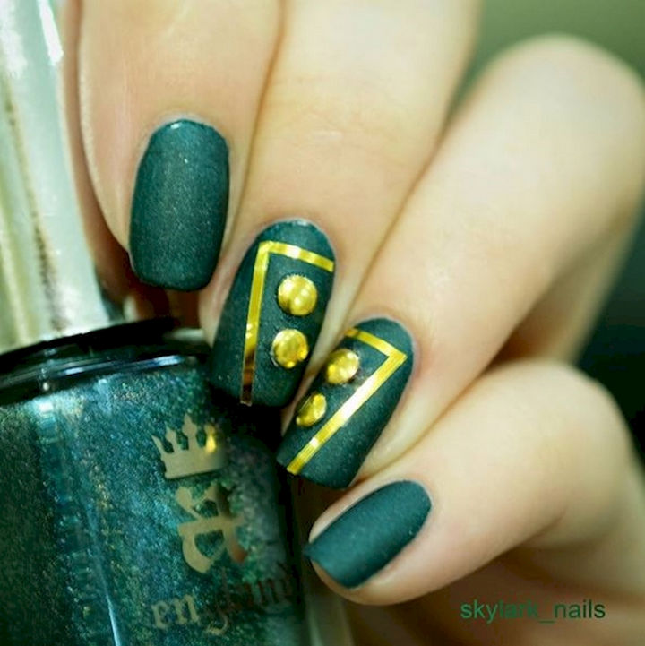 18 Beautiful Green Nails for Fall - Green and gold looks great together.