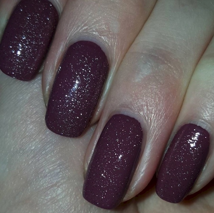17 Extravagant Mauve Nail Manicures - Give your polish a little sparkle.
