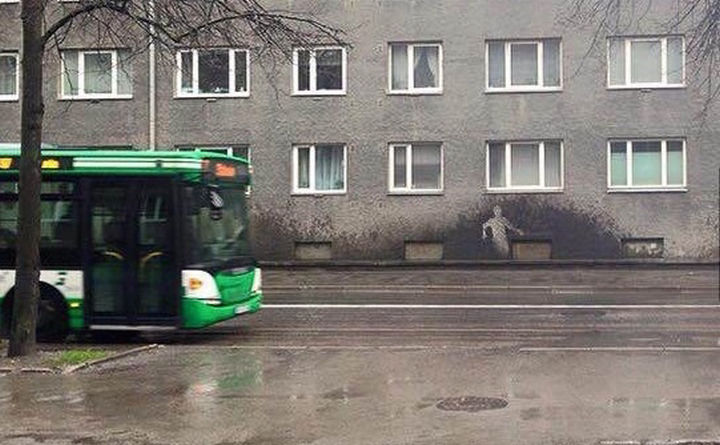28 Perfectly Timed Photos of People Having a Bad Day - Somebody had a bad day on the walk to work.