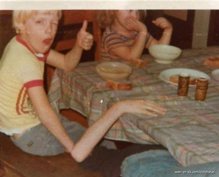 31 Hilariously Misleading Photos - That is not a kid with a freakishly long arm.