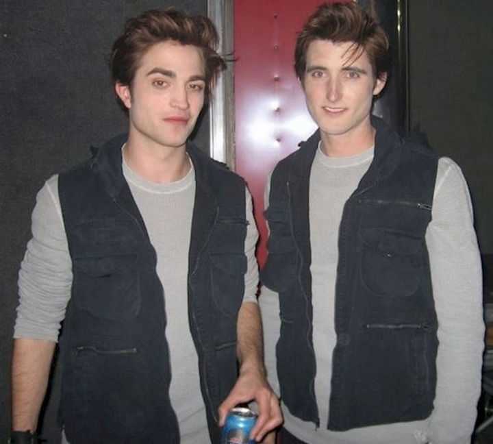 """23 Celebrities Hanging Out With Their Stunt Doubles - Robert Pattinson and his stunt double on the set of """"Twilight."""""""