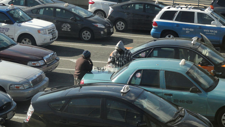 31 People Making the Best of a Bad Situation - Taxi drivers playing chess during a gridlock.