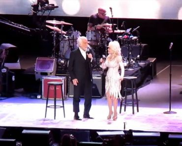 Kenny Rogers and Dolly Parton Perform an Emotional Final Duet.