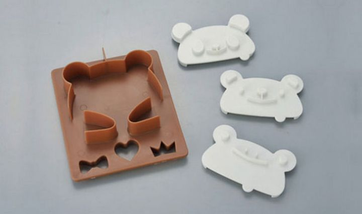 A panda bear toast cutter creates animal toast and features various stamps.