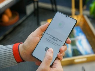 Does the Samsung Galaxy S21 fingerprint sensor work with screen protectors?