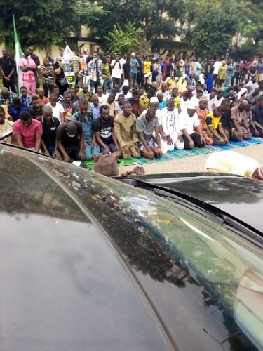 #EndSARS Muslim Protesters Hold Jummat Prayers On The Road (Photos/Video).   #EndSARS protesters in Abuja are holding their Jummat prayers on roads