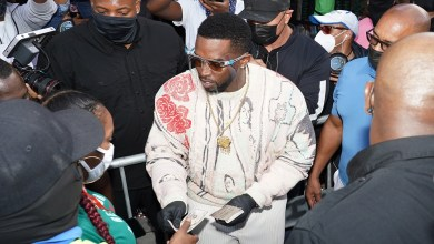 Diddy hands out cash and gift cards in Miami to help residents