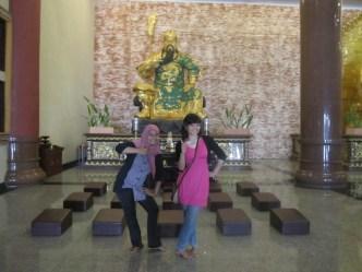 Aku dan Kak Tiwi di depan Patung Bao