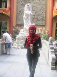 Kak Siti di depan Patung Kwan Inn