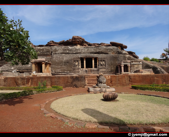 Ravana phadi Cave Temple (Aihole KA), Tourism in South India. Photographs of South India, Photographies en Inde du Sud par © Hatuey Photographies