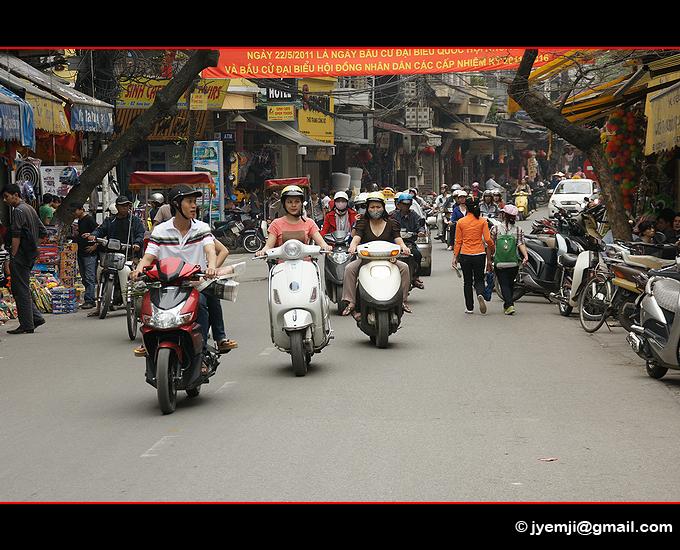 Scooters, Hanoi. Photographies du Vietnam by © Hatuey Photographies