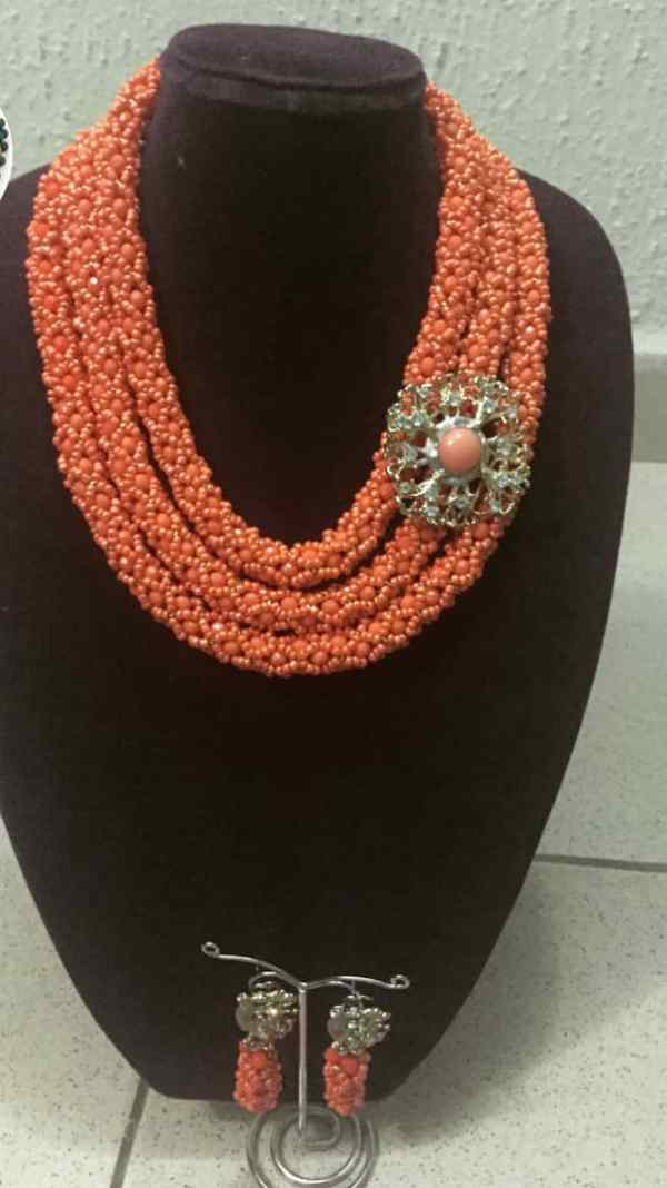 Elegant Peach and Gold Netted Jewelry With Brooch