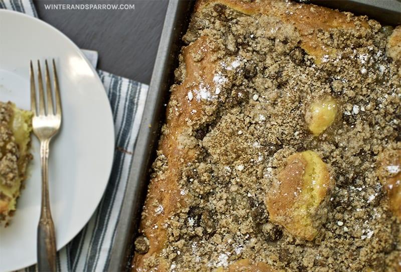 15-Minute Apple Cinnamon Coffee Cake with Crumb Topping | winterandsparrow.com #applecinnamonrecipes #coffeecake #easycoffeecakerecipes #easybreakfastrecipes