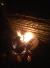Ognisko ze zbudowanym z jednej strony parawanem miało zapewnić nam więcej ciepła w namiocie