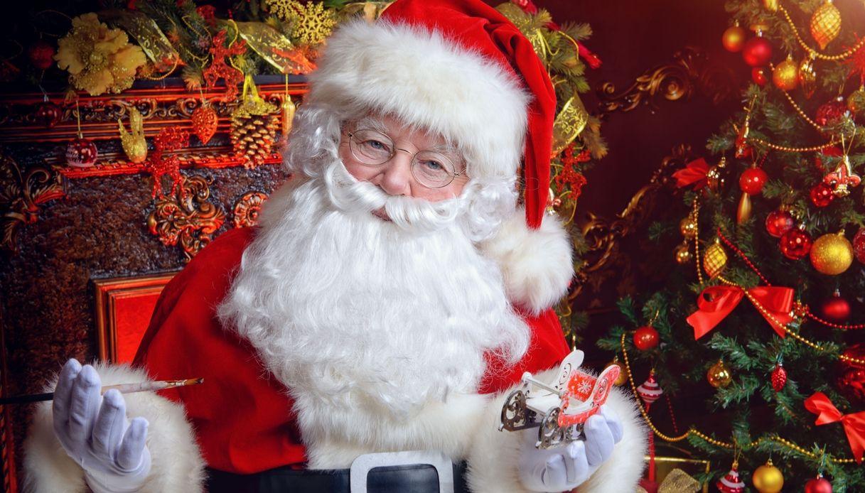 Babbo natale in abito rosso e la fanciulla delle nevi in pelliccia bianca posa su uno sfondo nero. Natale Palermo Si Veste A Festa Le Foto Rosanero Live