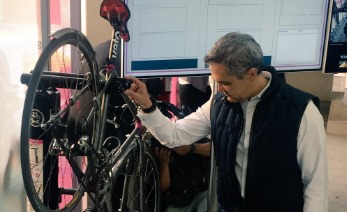 Miguel Angel Mancera revisando una Bicicleta
