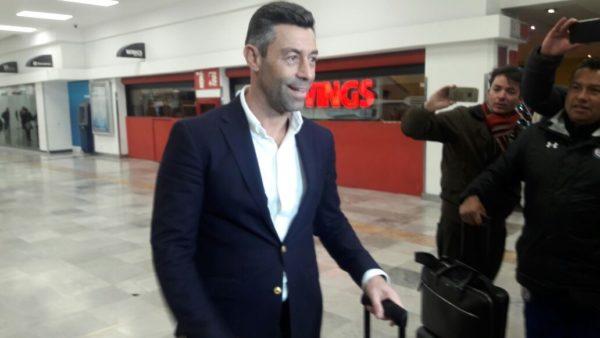 Pedro Caixinha llegó en el Aeropuerto