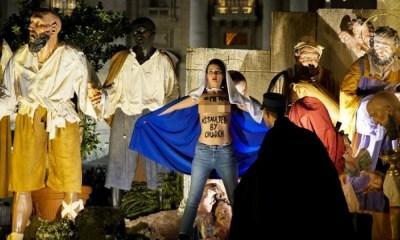 Feminista semidesnuda intentó robar al Niño Jesús, feminista robó al niño Jesús, activista de Femen roba niño Jesús del Vaticano