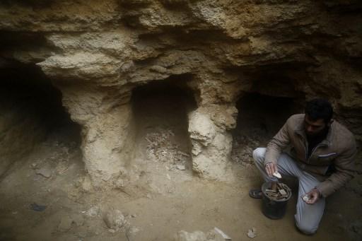 Hombre descubrió un antiguo cementerio en su jardín 000_XX825