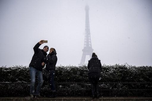Fotos: Se tiñe de blanco París y cierran la Torre Eiffel 000_YU27L