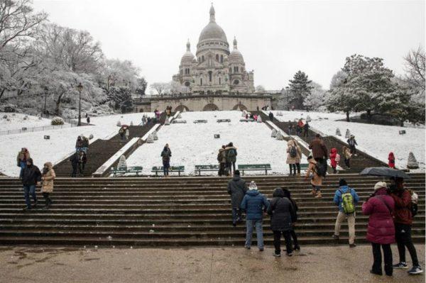 No es tan divertido como parece: nevadas siembran caos en París DVZoLnmX0AEOr3v-600x399