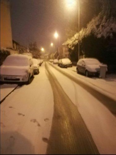 No es tan divertido como parece: nevadas siembran caos en París DVcJCVMU8AAiy90-376x500