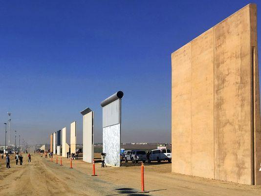 A unos pasos de México, Trump inspecciona varios prototipos del muro fronterizo 636519590293678847-AP18019094173586