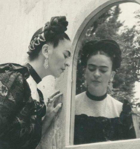 La Barbie de Frida no fue autorizada, reclama la familia de la pintora Frida-Kahlo-espejo-Lola-Alvarez-Bravo-469x500