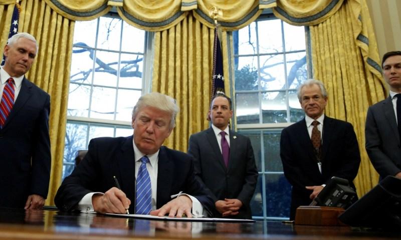 ¿Lo habías notado? Donald Trump firma con marcadores negros Donald-Trump-firma-con-marcadores-negros-3