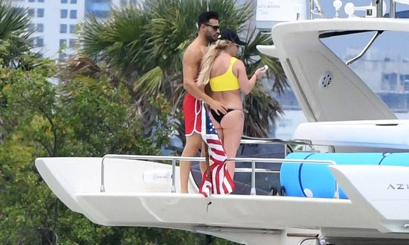 Revelan posible photoshop de Britney Spears en bikini Britney-Spears-y-su-novio-recrearon-escena-de-Titanic-4-2