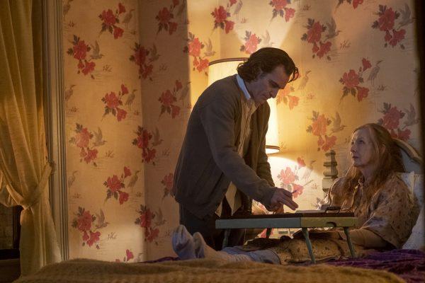 Nuevas fotos de 'Joker' revelan si habrá o no cameo de Jack Nicholson joker-joaquin-phoenix-frances-conroy-600x400