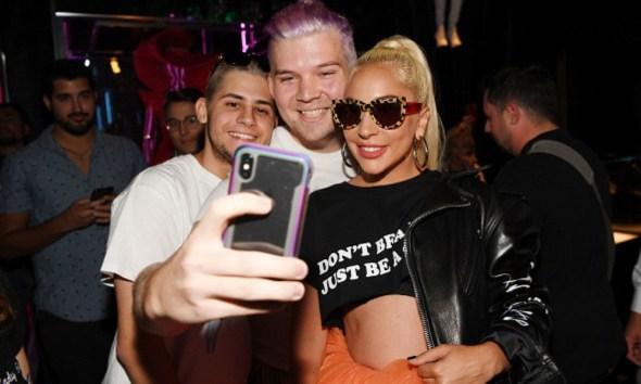 Lady Gaga sufrió caída por un fan