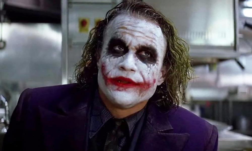 Joker se remoja los labios