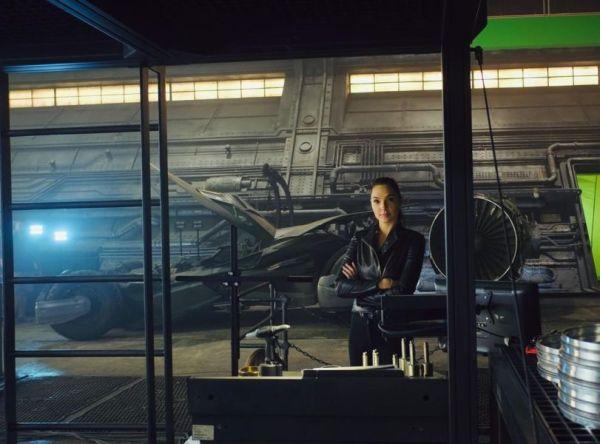 Nueva foto de 'Zack Snyder's' Justice League' muestra a Wonder Woman junto al Batimóvil gal-gadot-justice-league-bts-600x444