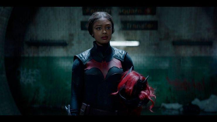 Nuevas fotos muestran como Ryan Wilder usa el traje de Kate Kane en 'Batwoman' batwoman-s2-01